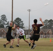 Sophomore Patrick Murphy attempts to read the disc between two Kennesaw State defenders in a bracket game of the Alabama tournament. Murphy played 16 points in the tournament. PHOTO BY: Will Hanna